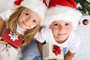 Hintergrundbilder Neujahr Zwei Jungen Kleine Mädchen Blick Mütze Geschenke Kinder