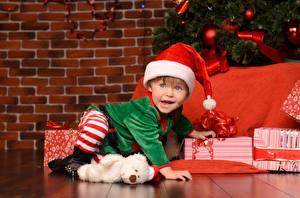 Hintergrundbilder Neujahr Mauer Junge Mütze Uniform Geschenke Blick Kinder