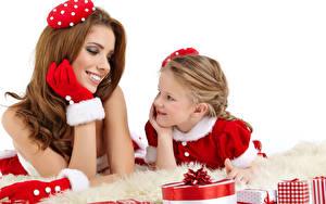 Fotos Neujahr Weißer hintergrund 2 Braune Haare Handschuh Kleine Mädchen Geschenke Lächeln Kinder Mädchens