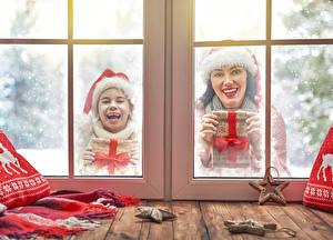 Bilder Neujahr Fenster 2 Kleine Mädchen Glückliche Mütze Geschenke kind Mädchens