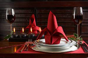 Fotos Neujahr Wein Kerzen Tischtermine Teller Weinglas Essgabel Lebensmittel