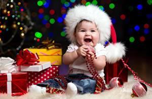 Hintergrundbilder Neujahr Mütze Baby Sitzend Kugeln Geschenke Schleife Freude