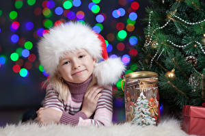 Bilder Neujahr Mütze Kleine Mädchen Lächeln Starren Sweatshirt Kinder