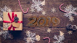 Fotos Neujahr Bretter Geschenke 2019 Zapfen Schneeflocken