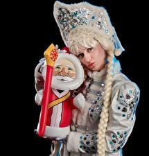 Bilder Neujahr Schwarzer Hintergrund Uniform Zopf Blick snow maiden Mädchens