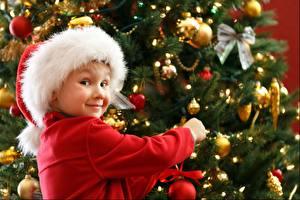 Hintergrundbilder Weihnachtsbaum Kugeln Schleife Starren Lächeln Mütze Kinder