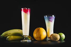 Fotos Cocktail Chinesische Stachelbeere Bananen Apfelsine Schwarzer Hintergrund Trinkglas Lebensmittel