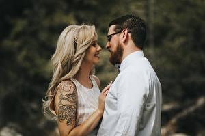 Hintergrundbilder Paare in der Liebe Mann Zwei Blond Mädchen Brille Lächeln Tätowierung Mädchens