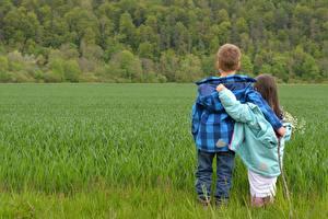 Fotos Acker Jungen Kleine Mädchen 2 Umarmt Gras Jacke kind