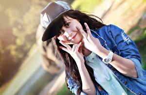 Fotos Finger Uhr Armbanduhr Brünette Baseballcap Blick Hand Mädchens