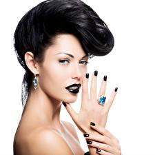 Hintergrundbilder Finger Weißer hintergrund Brünette Blick Ohrring Hand Schmuck Ring Maniküre Make Up junge frau