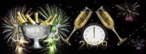 Papel de Parede Desktop Fogos de artifício Relógio Ano-Novo Vinho espumante Fundo preto Garrafa Copo de vinho