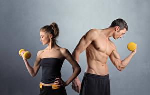 Hintergrundbilder Fitness Mann Grauer Hintergrund 2 Muskeln Hanteln Sport
