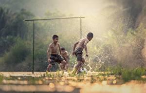 Bilder Fußball Asiatische Drei 3 Junge Spritzwasser Nebel Kinder