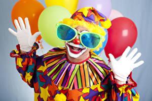 Fotos Feiertage Mann Clown Uniform Luftballon Brille Hand Handschuh