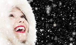 Hintergrundbilder Lippe Kapuze Rote Lippen Zähne Glücklich Schneeflocken Mädchens