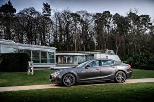 Bilder Maserati Grau Metallisch Seitlich 2013-17 Ghibli Autos