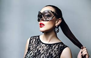 Fotos Maske Grauer Hintergrund Brünette Ohrring Mädchens