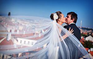 Fotos Mann Paare in der Liebe Heirat 2 Kuss Bräutigam Brautpaar Mädchens