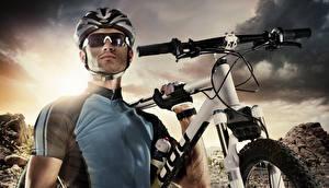 Bilder Mann Helm Brille Fahrräder Uniform
