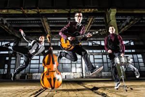 Fotos Mann Musikinstrumente Drei 3 Gitarre Sprung