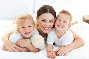 Fotos Mutter Braune Haare Blick Umarmung Drei 3 Lachen Jungen Kleine Mädchen kind Mädchens