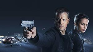 Bilder Pistolen Mann Matt Damon Alicia Vikander Zwei Blick Jason Bourne Film