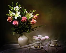 Fotos Stillleben Sträuße Rosen Lilien Zefir Vase Tasse Blütenknospe Blumen Lebensmittel