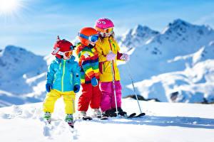 Hintergrundbilder Winter Skisport Junge Kleine Mädchen Drei 3 Schnee Helm Brille Kinder