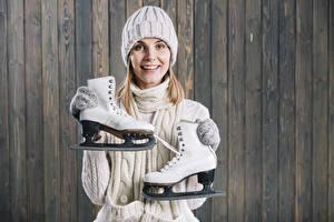 Hintergrundbilder Bretter Blondine Lächeln Mütze Schlittschuh Starren Mädchens