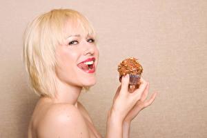 Bilder Törtchen Farbigen hintergrund Blond Mädchen Lächeln Blick junge Frauen
