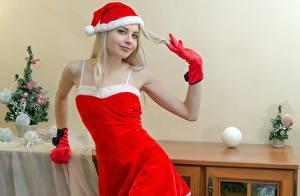 Fotos Neujahr Blondine Mütze Lächeln Handschuh Starren junge Frauen