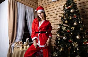 Bilder Neujahr Weihnachtsbaum Uniform Kugeln Mütze Lächeln Mädchens