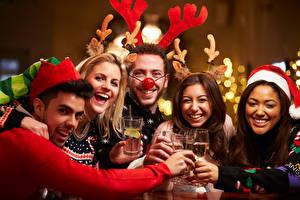Bilder Neujahr Feiertage Mann Lachen Fröhliches Weinglas Horn Mütze Mädchens