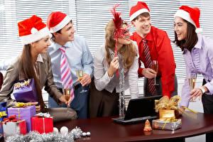 Fotos Neujahr Mann Masken Feiertage Büro Geschenke Krawatte Lächeln Weinglas Notebook junge frau