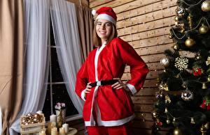 Fotos Neujahr Uniform Mütze Lächeln Tannenbaum Kugeln Mädchens