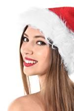 Sfondi desktop Natale Sfondo bianco Ragazza capelli castani Cappello invernale Colpo d'occhio Denti Sorriso Ragazze