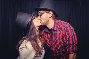Fotos Paare in der Liebe Mann 2 Küssen Braune Haare Hemd Brille Der Hut junge frau