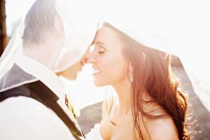 Bilder Paare in der Liebe Mann Heirat Bräutigam Brautpaar Braune Haare Lächeln 2 Mädchens