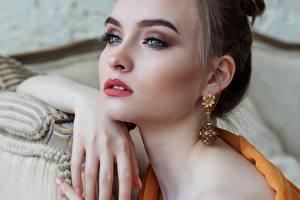 Hintergrundbilder Augen Lippe Finger Gesicht Starren Make Up Braunhaarige Ohrring Schöne Mädchens