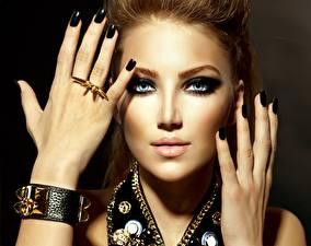 Papel de Parede Desktop Olhos Lábio Dedos da mão Joalharia Bracelete Ver Maquilhagem Mão Manicuro Anel de joias jovem mulher