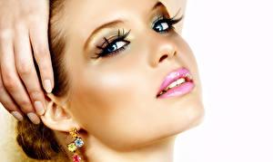Hintergrundbilder Finger Augen Lippe Weißer hintergrund Maniküre Blick Gesicht Schminke Ohrring Schöner junge frau