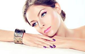 Fotos Finger Schmuck Lippe Weißer hintergrund Gesicht Hand Maniküre Blick Make Up Mädchens