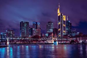 Bilder Frankfurt am Main Deutschland Wolkenkratzer Brücken Nacht Megalopolis