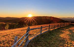 Fotos Grünland Sonnenaufgänge und Sonnenuntergänge Zaun Hügel Lichtstrahl Natur