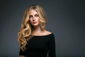 Bilder Grauer Hintergrund Blondine Haar Starren Mädchens