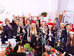 Fotos Feiertage Neujahr Mann Lachen Freude Mütze Weinglas Mädchens