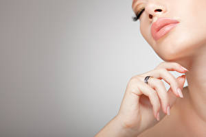 Hintergrundbilder Lippe Finger Grauer Hintergrund Hand Maniküre Ring junge Frauen