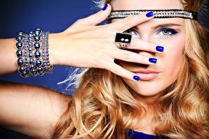 Papel de Parede Desktop Lábio Dedos da mão Joalharia Bracelete Face Ver Mão Manicuro Anel de joias mulheres jovens