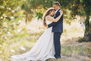 Bilder Liebe Zwei Braunhaarige Brautpaar Bräutigam Umarmung Kleid Mädchens